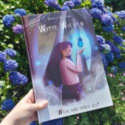 Witte Wieven is een graphic novel voor kinderen tussen de 9 en 12 jaar. Hierin wordt het Nederlandse volksverhaal van de Witte Wieven op een leuke manier uitgelegd. Vind de verborgen illustraties met Augmented Reality en bepaal als lezer hoe het eindigt.
