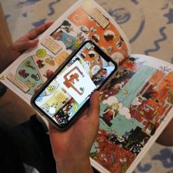 Het stripboek is gevuld met augmented reality animaties waardoor kinderen interactief kunnen leren